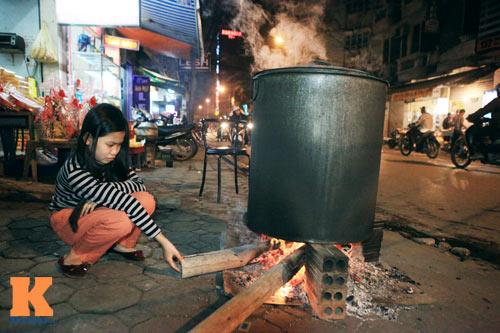 Chùm ảnh: Người Hà Nội nấu bánh chưng ở vỉa hè - 14