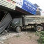 Tin tức trong ngày - Xe tải tông liên tiếp 5 nhà, thai phụ gặp nạn