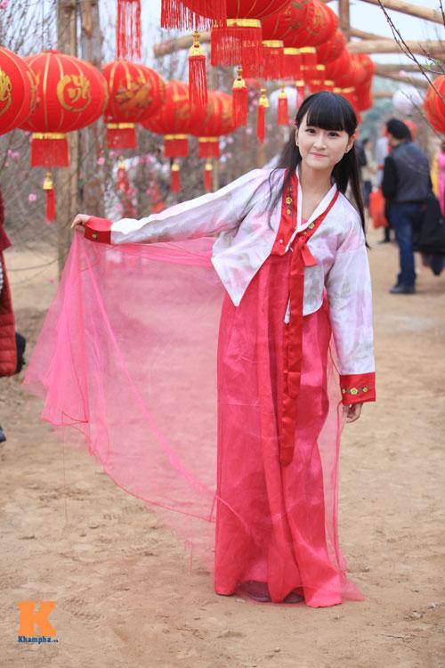 Thiếu nữ diện Hanbok dịu dàng du xuân - 10