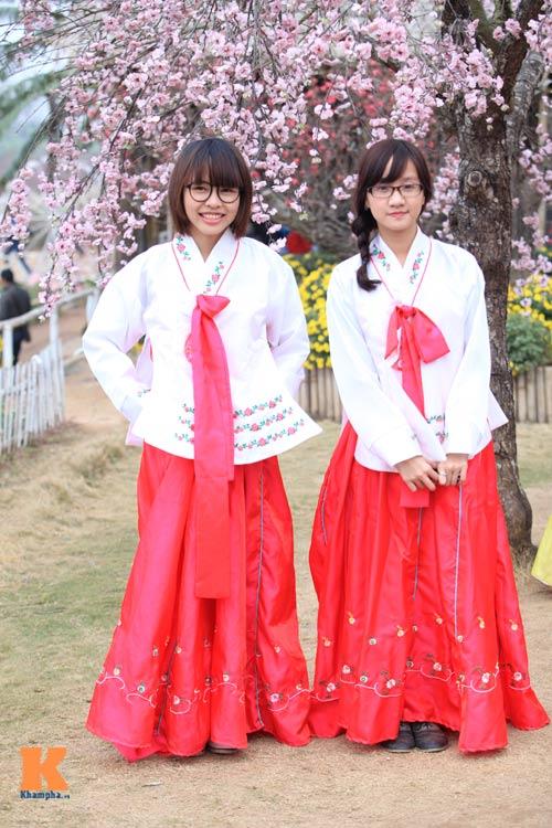 Thiếu nữ diện Hanbok dịu dàng du xuân - 2