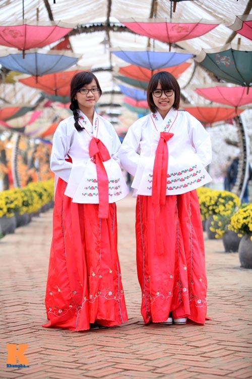 Thiếu nữ diện Hanbok dịu dàng du xuân - 6