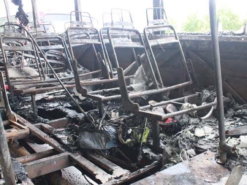 Về quê ăn Tết, xe chở công nhân cháy rụi - 2