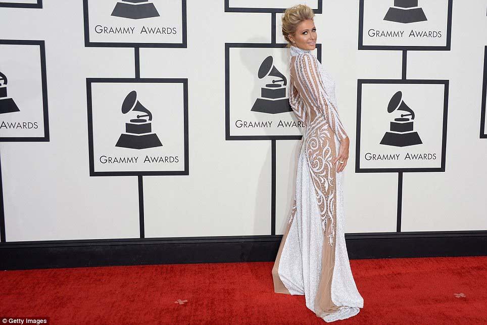 Paris Hilton gây sốc khi mặc xuyên thấu - 1