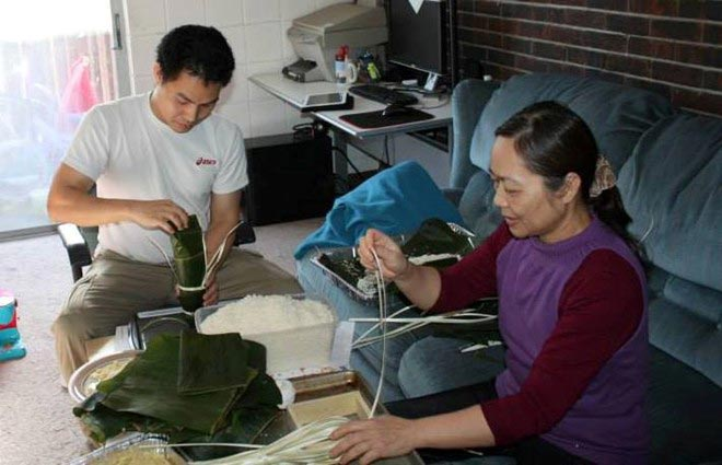 Du học sinh Việt gói bánh chưng đón Tết - 3