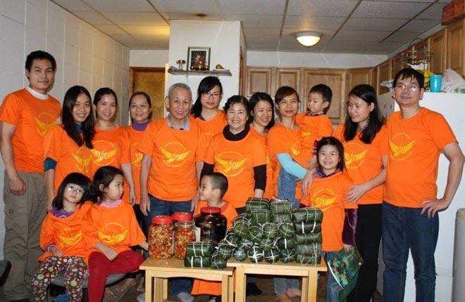 Du học sinh Việt gói bánh chưng đón Tết - 5