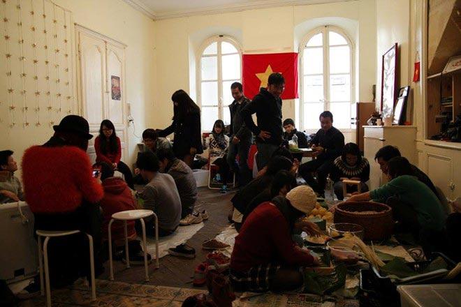Du học sinh Việt gói bánh chưng đón Tết - 6