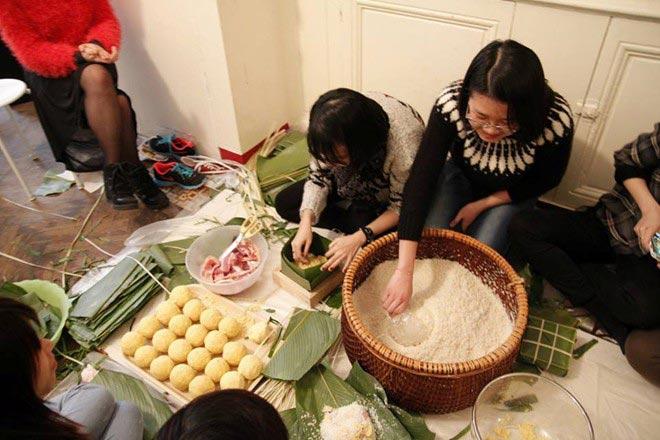 Du học sinh Việt gói bánh chưng đón Tết - 8