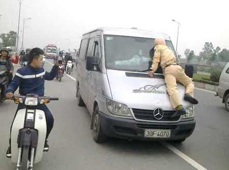 Tài xế xe khách hất CSGT lên nắp capô - 1