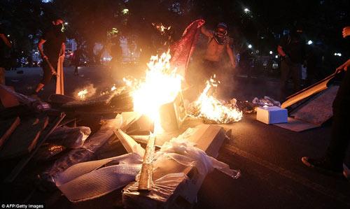 Brazil: Người biểu tình đốt xe, phá ngân hàng - 10