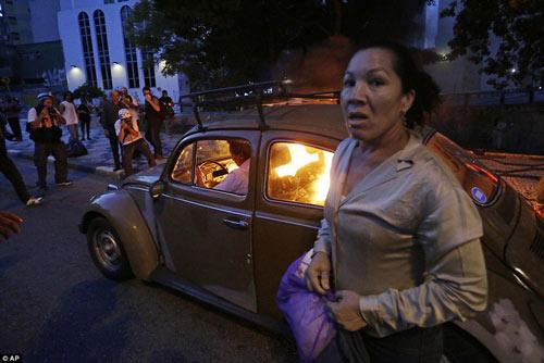 Brazil: Người biểu tình đốt xe, phá ngân hàng - 11