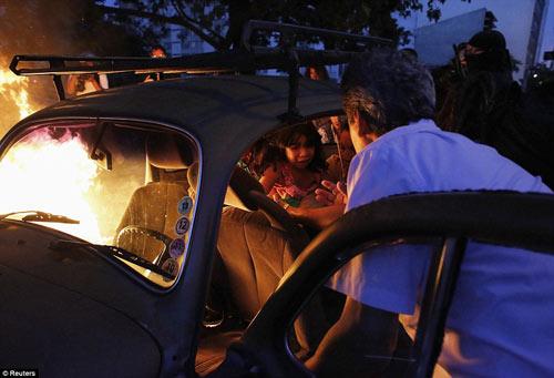 Brazil: Người biểu tình đốt xe, phá ngân hàng - 12
