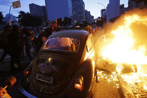 Brazil: Người biểu tình đốt xe, phá ngân hàng - 13