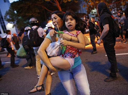 Brazil: Người biểu tình đốt xe, phá ngân hàng - 14