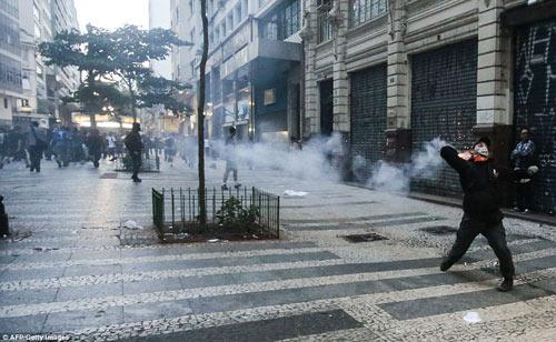 Brazil: Người biểu tình đốt xe, phá ngân hàng - 2