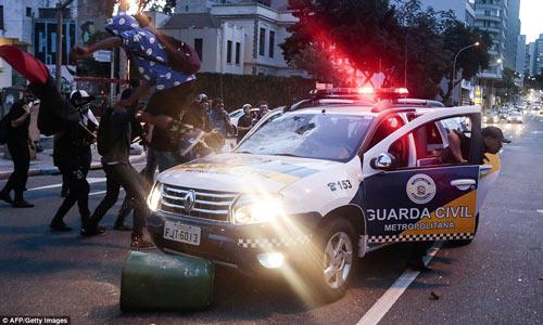 Brazil: Người biểu tình đốt xe, phá ngân hàng - 5