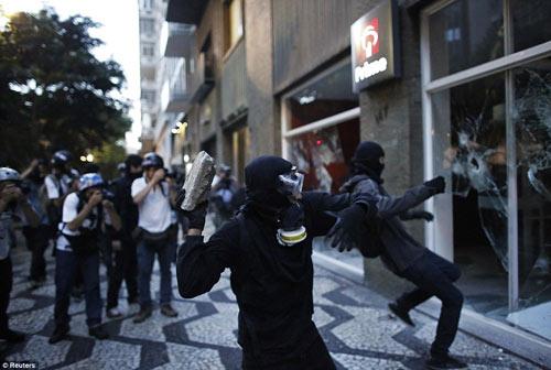 Brazil: Người biểu tình đốt xe, phá ngân hàng - 8