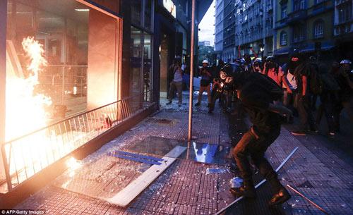 Brazil: Người biểu tình đốt xe, phá ngân hàng - 9