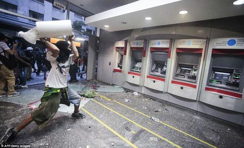 Brazil: Người biểu tình đốt xe, phá ngân hàng - 3