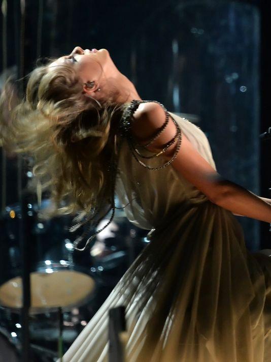 Taylor Swift xõa tóc tới bến tại Grammy - 1