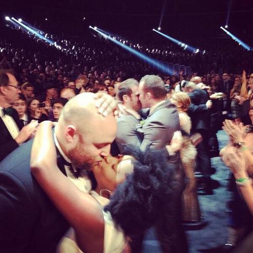 33 cặp đôi cưới trên sâu khấu Grammy 56 - 3