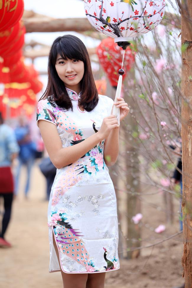 Hoa khôi Đại học Ngoại thương diện xường xám đi du xuân