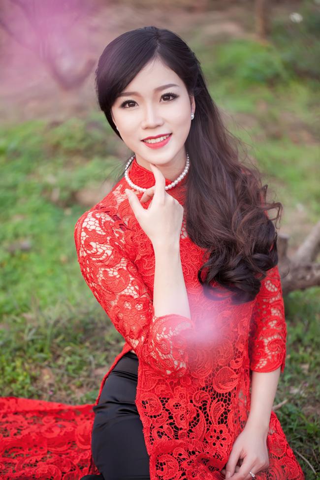 Nổi bật với chiếc áo dài đỏ thắm