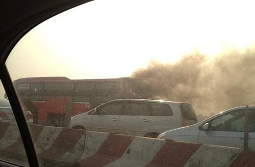 Xe giường nằm cháy như đuốc trên đường cao tốc - 1