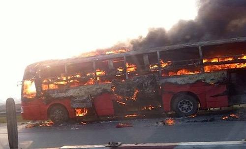 Xe giường nằm cháy như đuốc trên đường cao tốc - 2