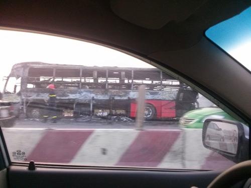Xe giường nằm cháy như đuốc trên đường cao tốc - 3