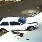 Phi thường - kỳ quặc - Bé trai thoát chết thần kỳ khi ô tô trườn qua đầu
