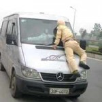 An ninh Xã hội - Tài xế xe khách hất CSGT lên nắp capô
