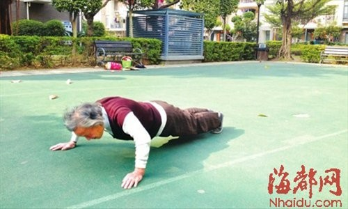 Bà lão 80 tuổi chống đẩy, gập bụng 150 cái hàng ngày - 1