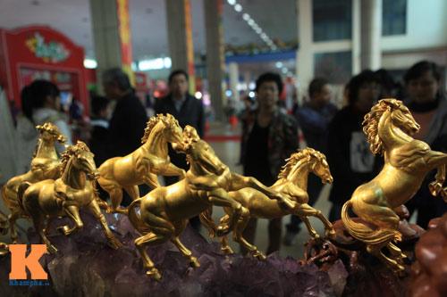 Cận cảnh bộ Bát Mã mạ vàng ở Hà Nội - 1