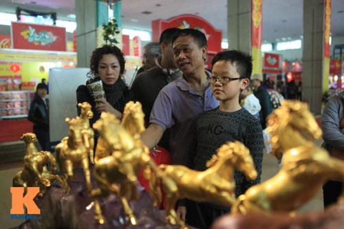 Cận cảnh bộ Bát Mã mạ vàng ở Hà Nội - 3