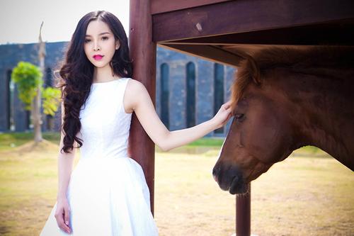 Siêu mẫu Ngọc Bích vui đùa cùng ngựa - 3
