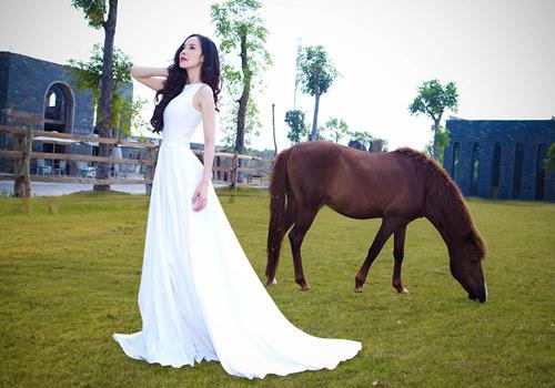 Siêu mẫu Ngọc Bích vui đùa cùng ngựa - 1