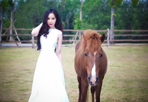 Siêu mẫu Ngọc Bích vui đùa cùng ngựa - 4