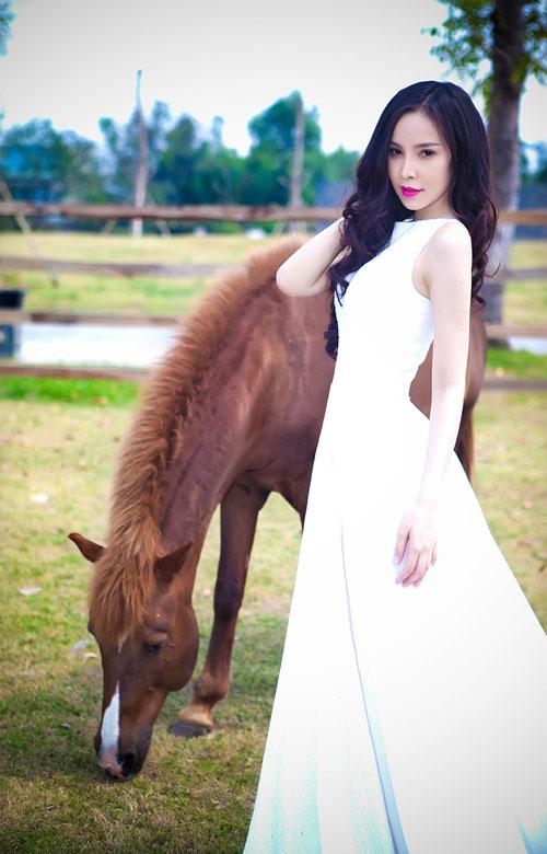Siêu mẫu Ngọc Bích vui đùa cùng ngựa - 6