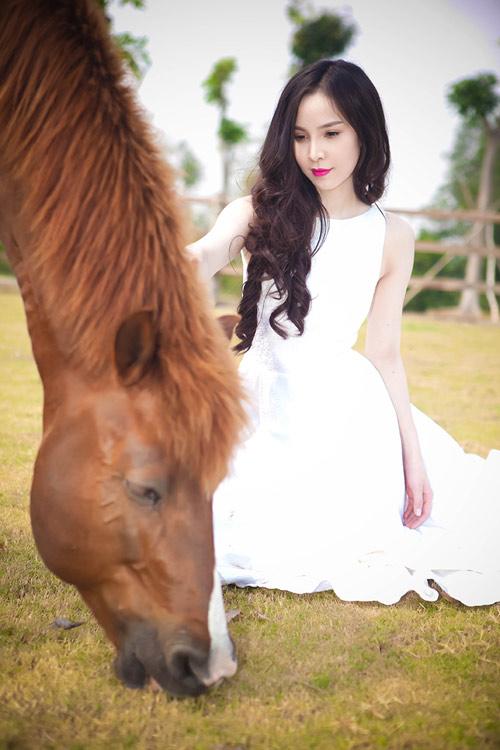Siêu mẫu Ngọc Bích vui đùa cùng ngựa - 7