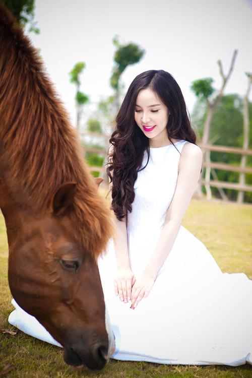 Siêu mẫu Ngọc Bích vui đùa cùng ngựa - 8
