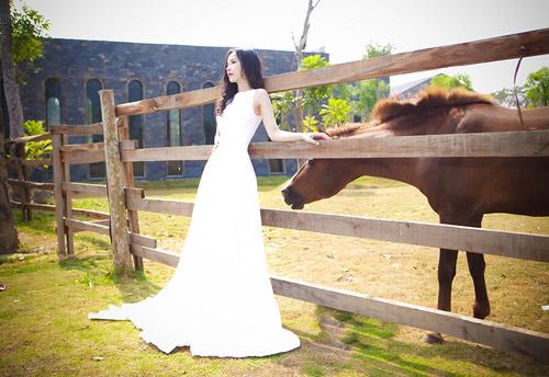 Siêu mẫu Ngọc Bích vui đùa cùng ngựa - 11