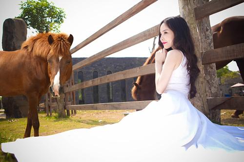 Siêu mẫu Ngọc Bích vui đùa cùng ngựa - 13
