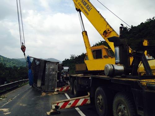Văng từ độ cao hơn 11 m, xe tải rơi xuống đường sắt - 1
