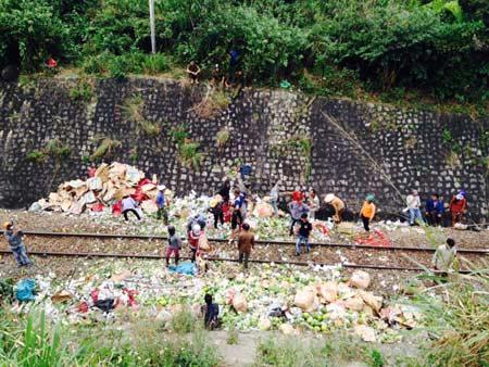 Văng từ độ cao hơn 11 m, xe tải rơi xuống đường sắt - 2