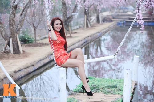 Thiếu nữ diện xường xám tạo dáng táo bạo - 2