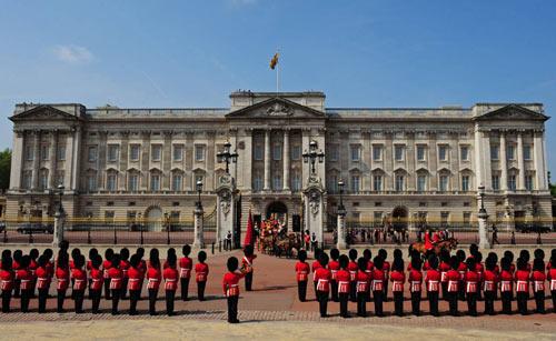 Nữ hoàng Anh bị yêu cầu cắt giảm chi tiêu - 2