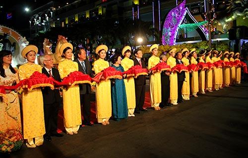 Đường hoa Nguyễn Huệ đông nghẹt ngày khai mạc - 3