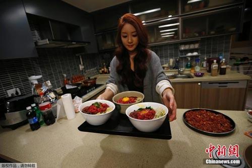 Chỉ việc ăn, mỹ nữ kiếm gần 200 triệu 1 tháng - 1
