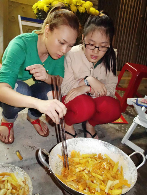 Mỹ Tâm xắn tay nấu bánh tét - 13