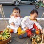 Thời trang - Nhóc tì xúng xính áo dài trên phố Tết